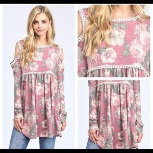 Tops - New🌻 floral mauve cold shoulder adorable top